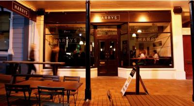 HARRYS Restaurant and Bar - image 1